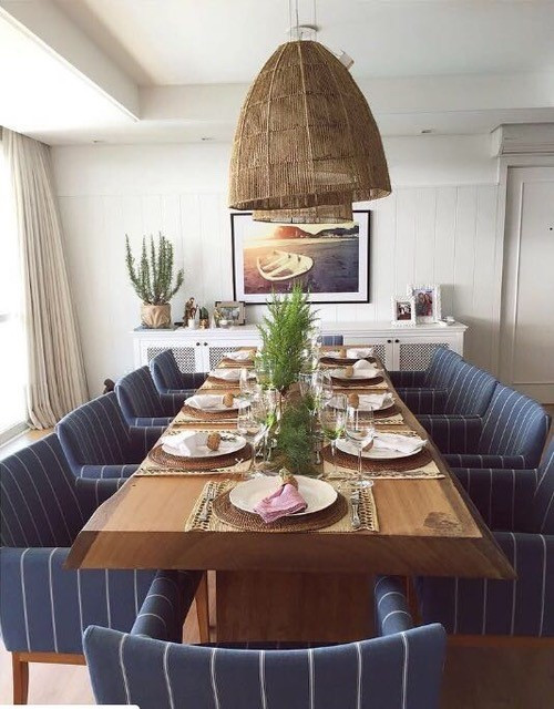 Mesa de jantar em madeira maciça de Pequiá em sala de jantar de ambiente interno