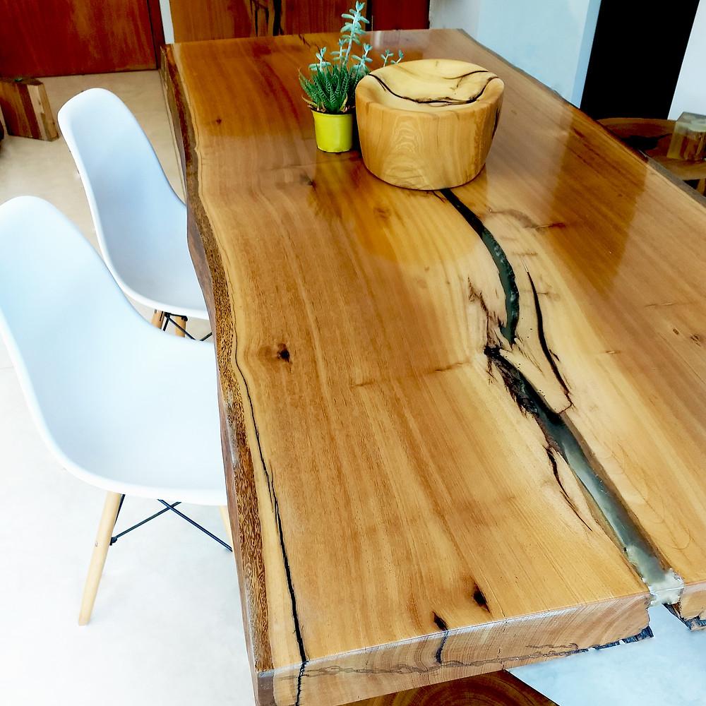 Mesa de madeira maciça com tampo em acabamento total de resina