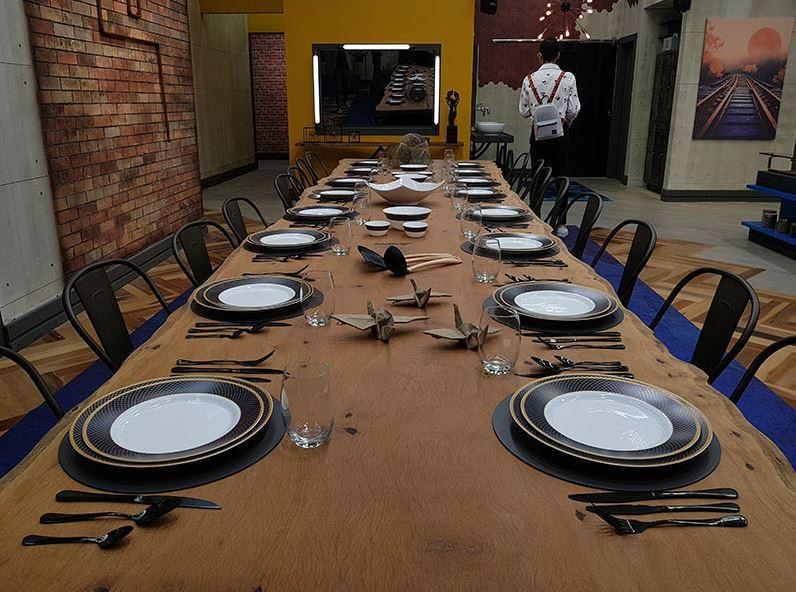 Mesa de jantar em madeira maciça de pequiá com pé em aço carbono modelo especial diamante