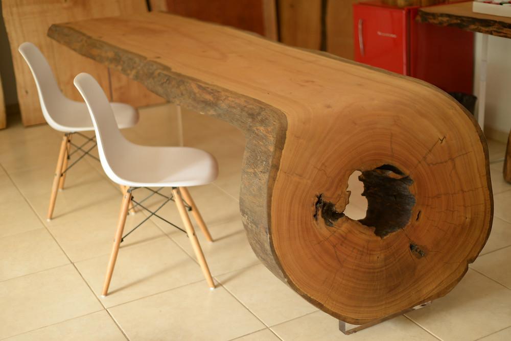 Mesa de jantar em madeira maciça modelo curvo com pé em acrílico
