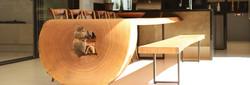 Mesa curva em madeira maciça