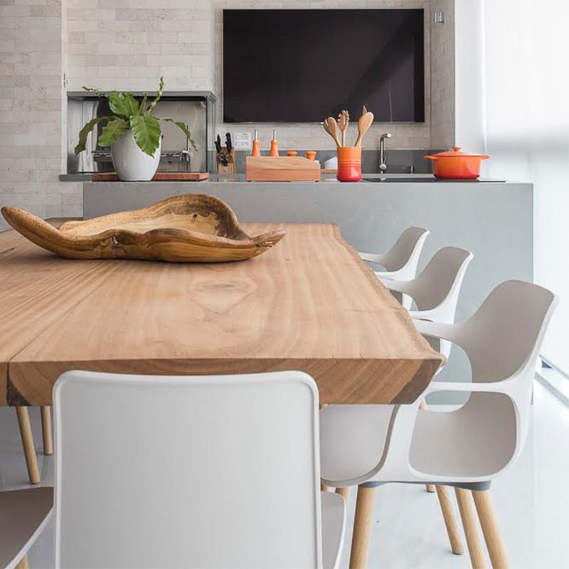 Mesa de jantar em madeira maciça com pés em acrílico, acompanhada de cadeiras brancas