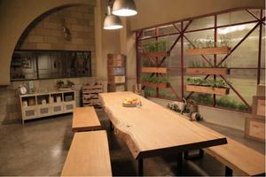 A sala de espera dos competidores com mesas e bancos rústicos em madeira maciça de Pequiá  ArboREAL