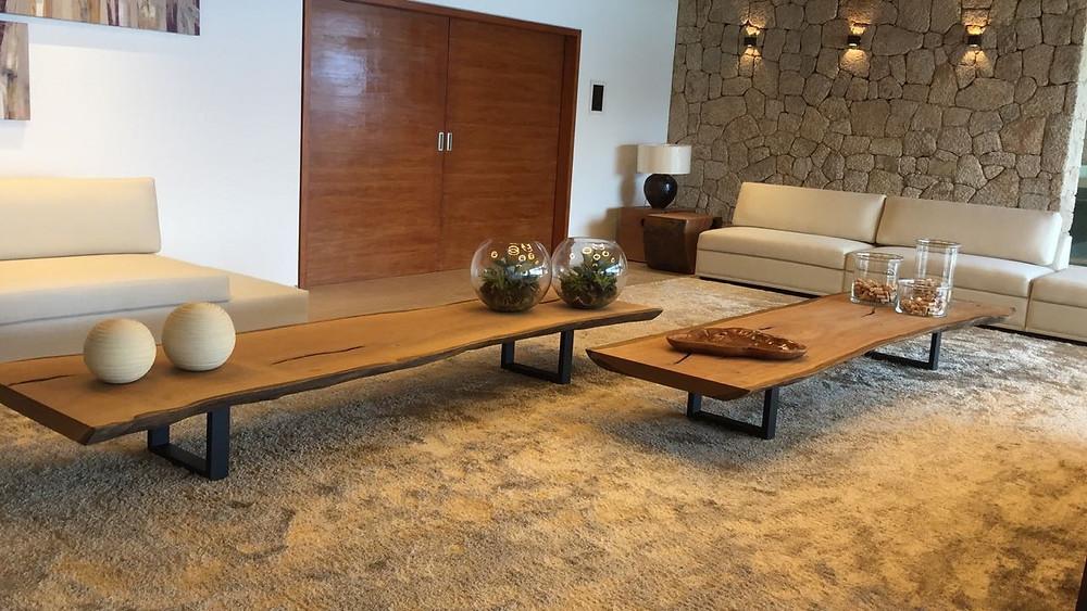 Mesas de centro em prancha de madeira maciça de Pequiá com pés em aço carbono ArboREAL