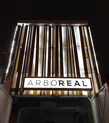 Fachada do showroom da ArboREAL naVila Leopoldina em São Paulo. ArboREAL Móveis Rústicos em Madeira Maciça