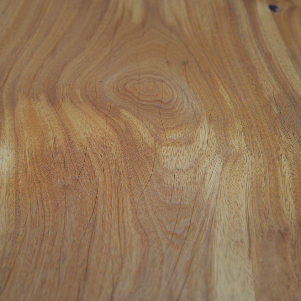Exemplo de microfissuras em mesa de madeira maciça de Pequiá