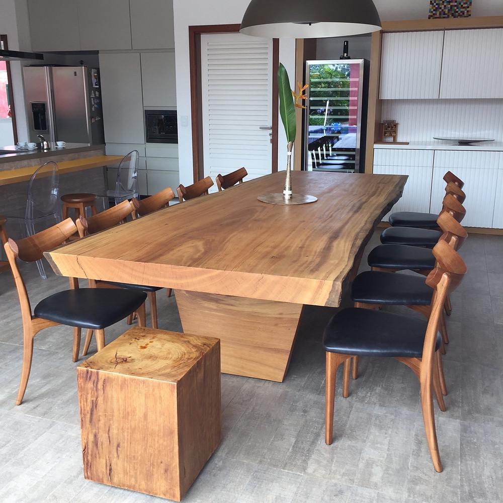 Mesa de jantar e banco em bloco em madeira maciça em área gourmet com toque moderno