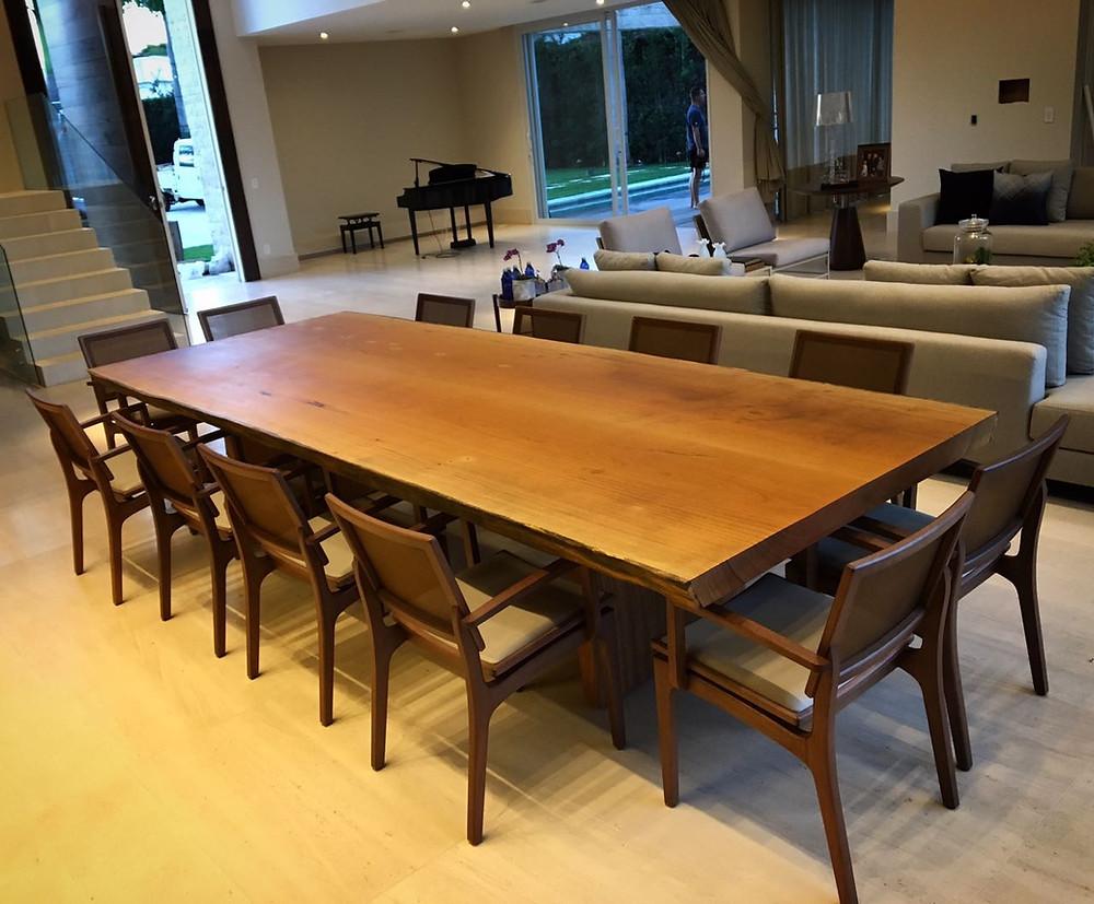 Mesa de jantar de madeira maciça em sala de Jantar moderna e luxuosa