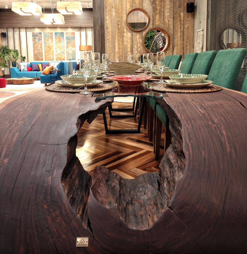 Mesa de jantar curva em madeira maciça de Ipê com detalhe em vidro em seu tampo