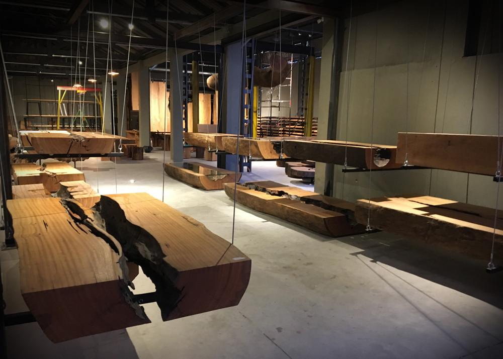 Exposição de mesas de centro em madeira maciça  de Pequiá na ArboREAL