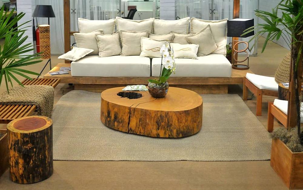 Mesa de centro em madeira maciça de Pequiá e mesa lateral em madeira maciça de Catanudo