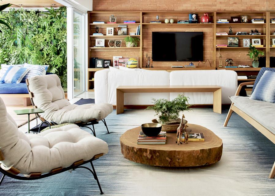 Aplica-se na decoração moderna poltronas e sofás com design moderno, uso de tecidos mais claros, tapetes modernos com cores neutras, madeira em tora maciça natural.