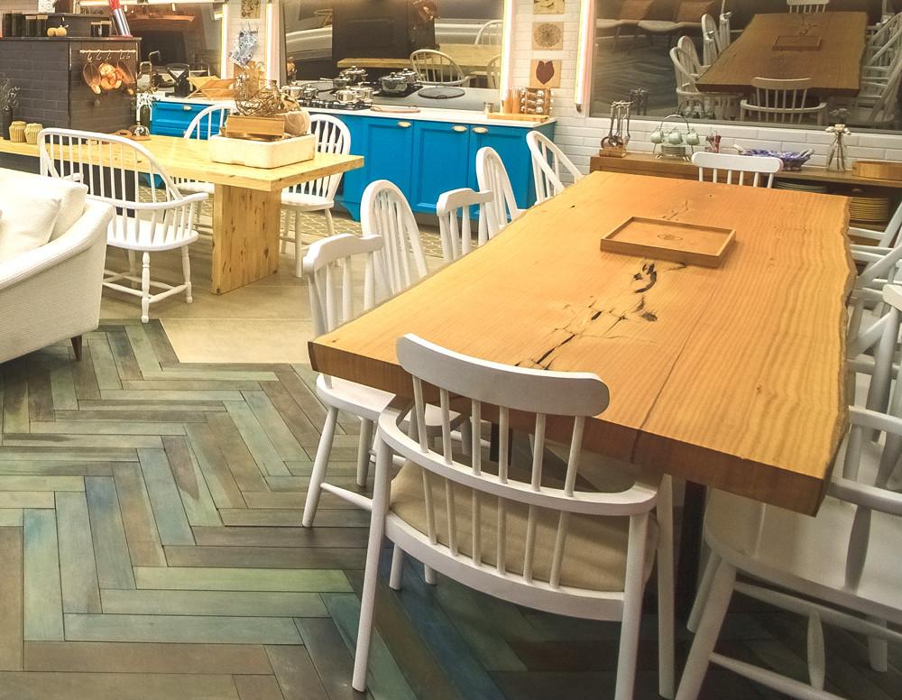 Mesa de jantar de madeira maciça de Pequiá com detalhes orgânicos no tampo e pés em aço carbono