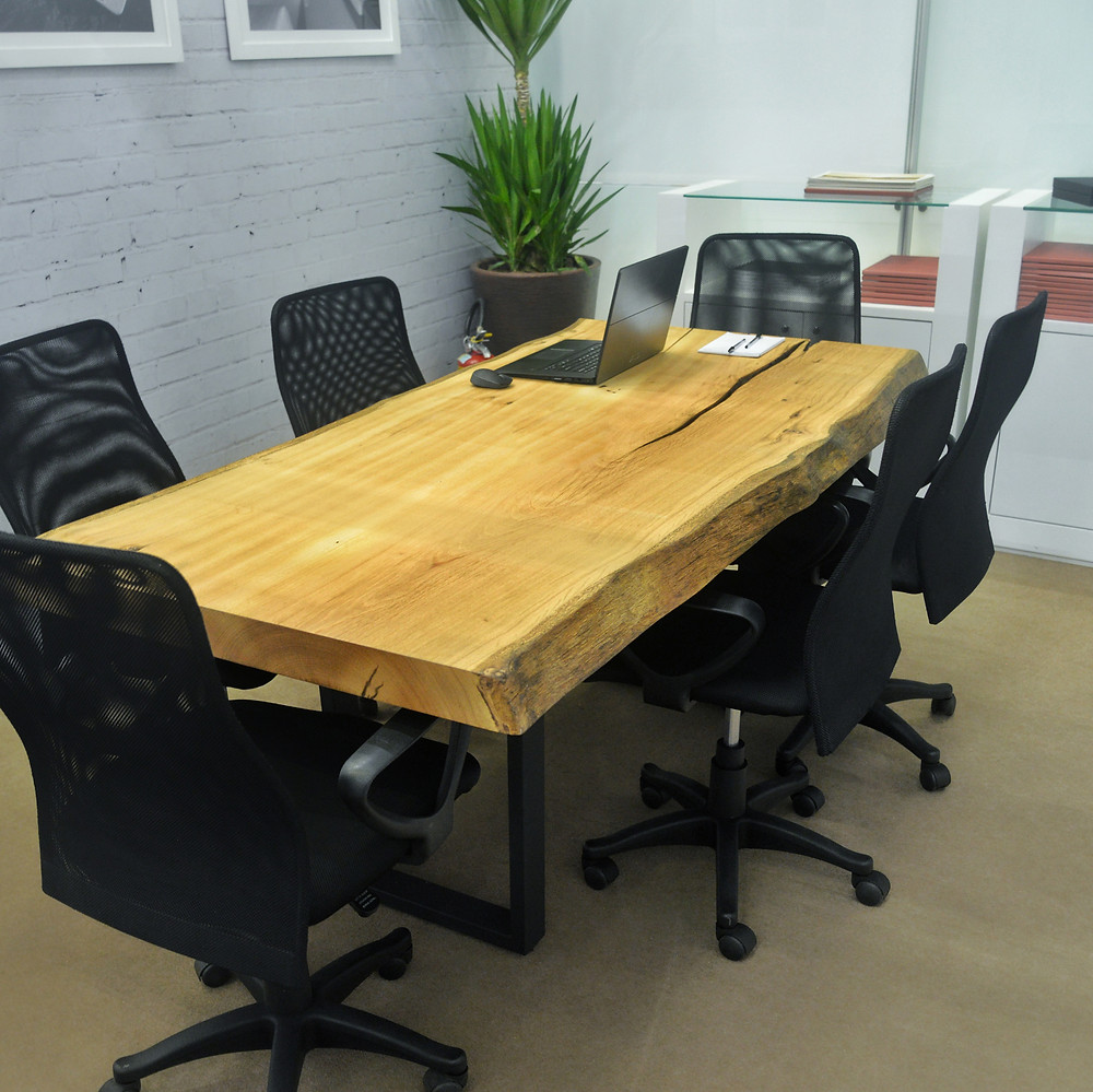 Mesa de escritório em madeira maciça de Pequiá com pés em aço carbono