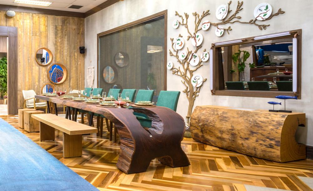 Mesa de jantar curva em madeira maciça de Ipê com detalhe em vidro em seu tampo e lareira ecológica em madeira maciça de Pequiá