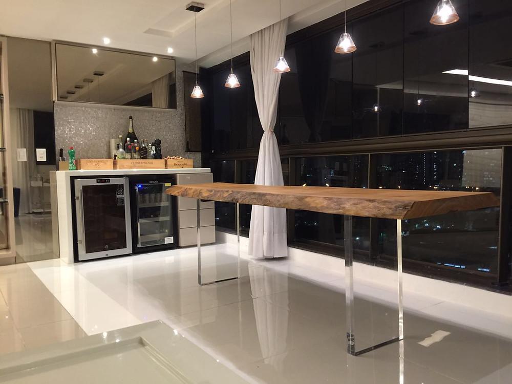 Mesa de Jantar em madeira maciça com casca e pés em acrílico