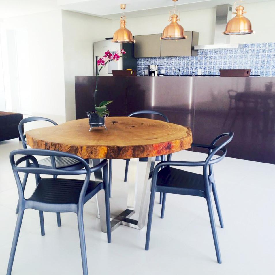 A madeira maciça com linhas naturais ajuda a compor o ambiente fazendo o contraste perfeito.