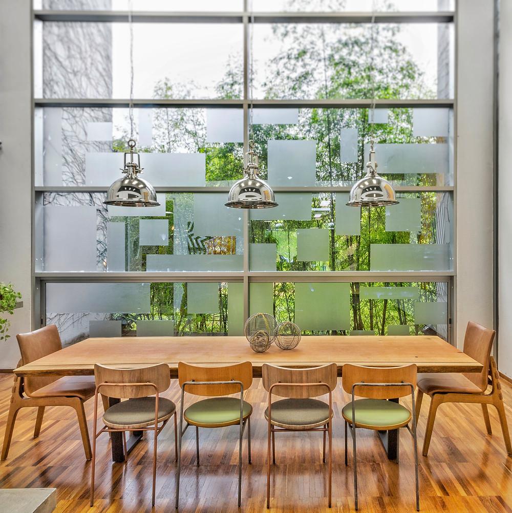 Móveis em madeira maciça e troncos é nossa especialidade. Dentre os móveis, mesa de jantar, banco, aparador, balcão e mesa de centro no estilo rústico com um toque moderno e contemporâneo.