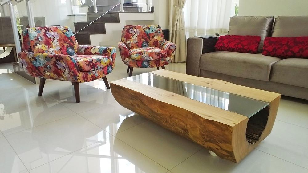 Mesa centro em madeira maciça de Pequiá com detalhe em tampo de vidro ArboREAL