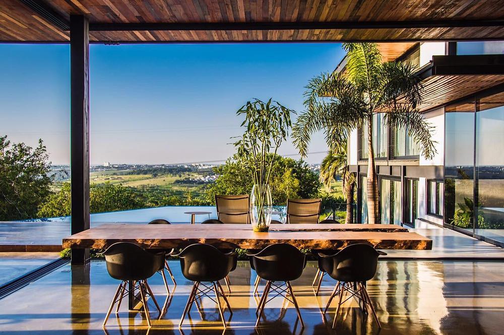 Mesa de Jantar em Madeira Maciça com uma linda vista da natureza