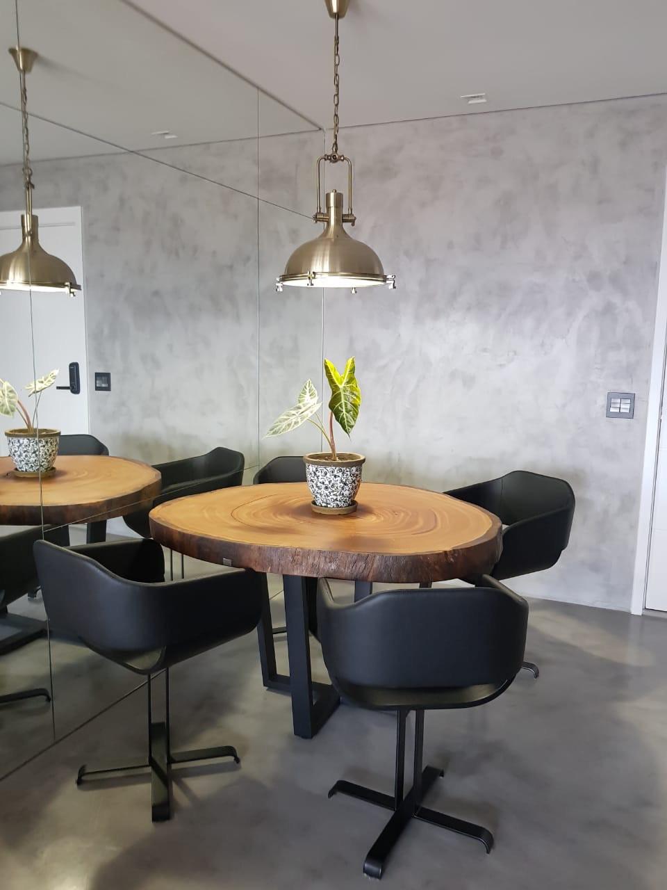 Na decoração Industrial o uso de madeira, metal e acabamento em concreto predomina. Os moveis de madeira ArboREAL se encaixam perfeitamente. A mesa de jantar redonda para 4 pessoas em madeira maciça agrada muito e deixa o ambiente moderno com toque rústico.