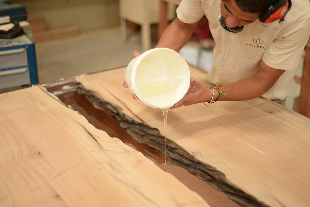 Processo de acabamento de uma mesa de madeira maciça com resina