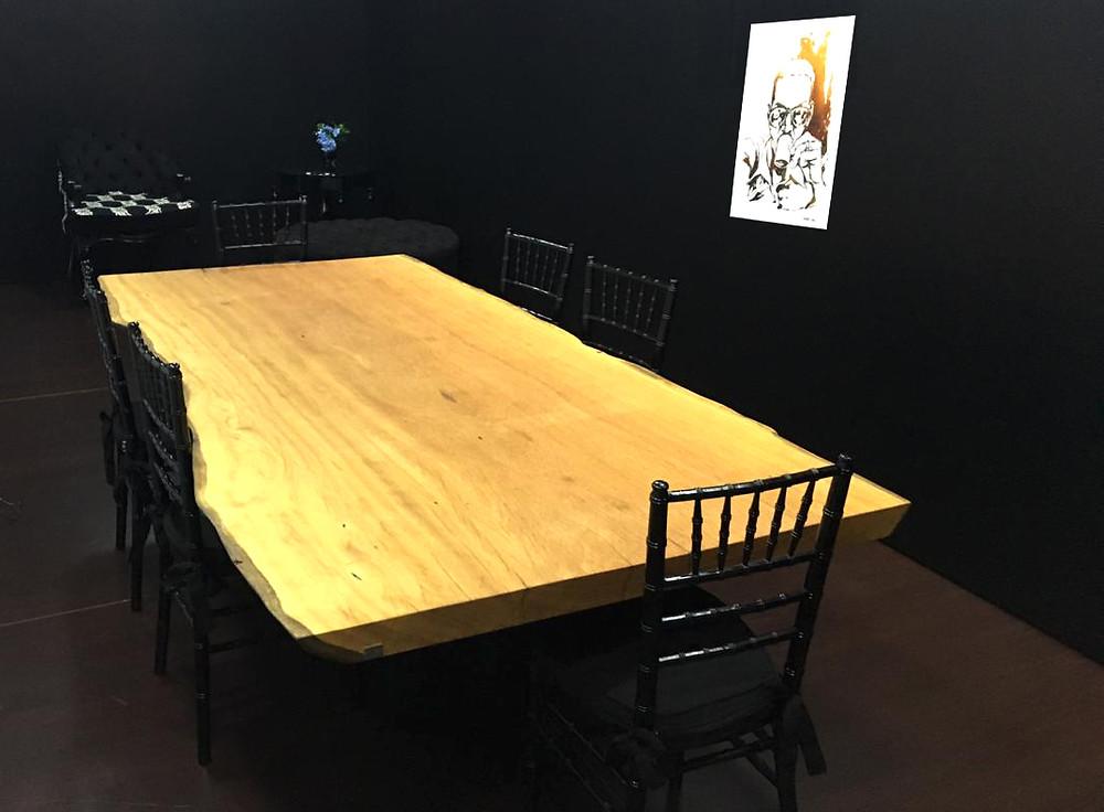 Mesa de reuniões em madeira maciça de Pequiá e pés em aço carbono