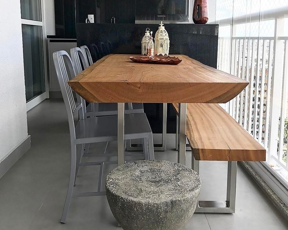 Mesa de jantar de madeira maciça com borda casca e pés em aço inox ArboREAL