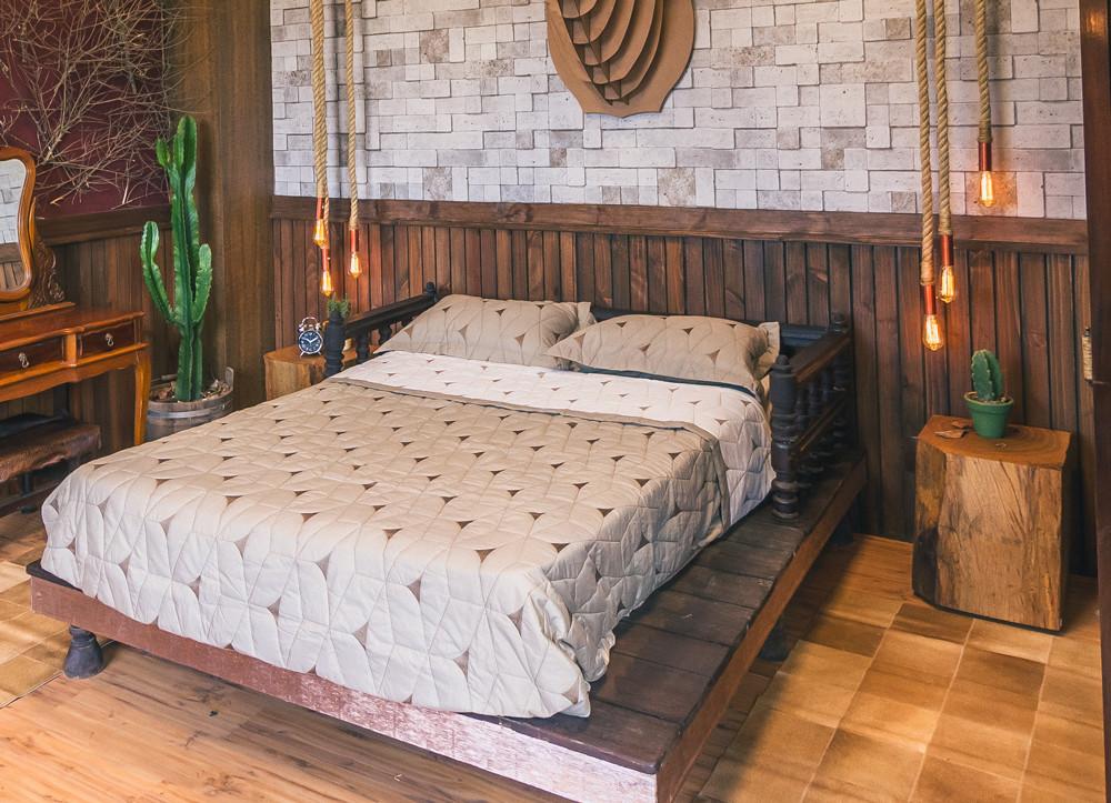 Mesas laterais em bloco de madeira maciça de Pequiá