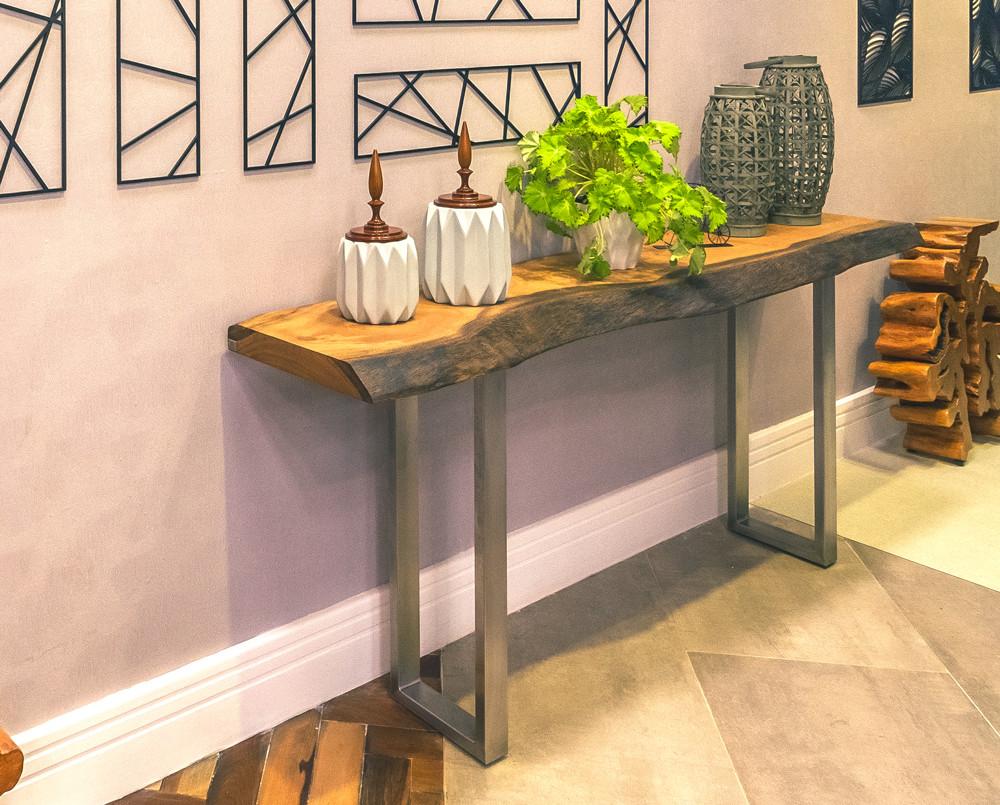 A escolha tampo de madeira rústico acontece respeitando as características naturais do tronco e as dimensões solicitadas pelo cliente.
