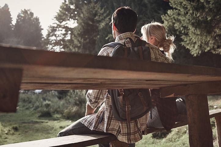 Paare, die Sonnenuntergang genießen