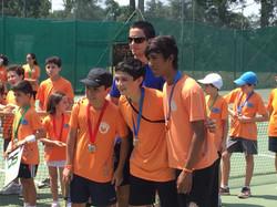 Professor tênis e alunos
