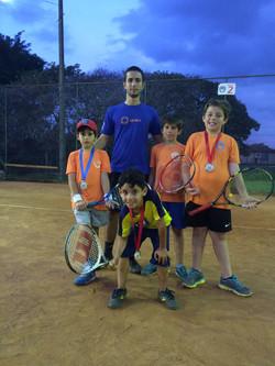 Professor e alunos tênis