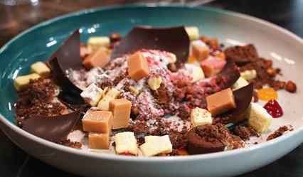 巧克力熔岩蛋糕與焦糖堅果炸彈