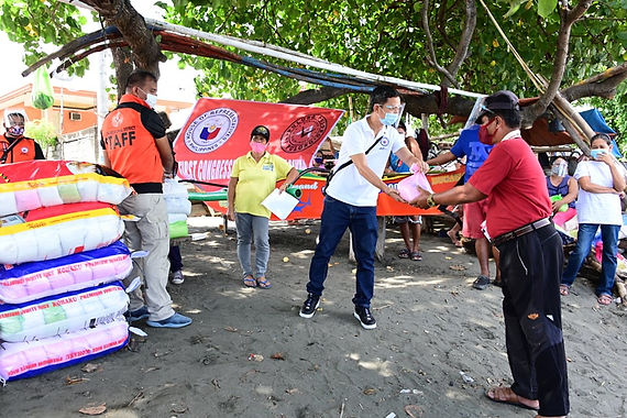 Rep. Duterte's office distributes 1, 200 food packs to fisherfolks