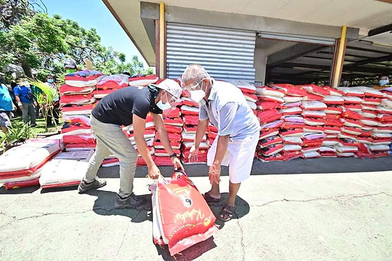 """92 Porters Receive Food and Cash Aid from Rep. Paolo """"Pulong"""" Duterte Office"""