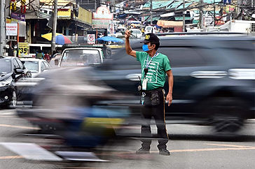 Even under isolation, Pulong orders aid to Davao City traffic enforcers