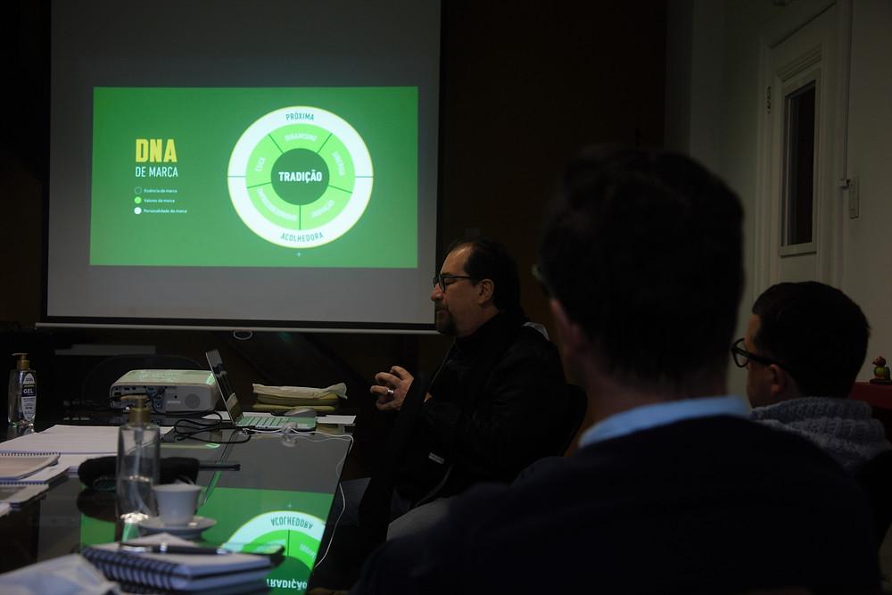O Professor Carlos Romaniello - Editorial Design e membro da equipe técnica do Instituto Ermínia Sant'Ana - em reunião de planejamento do Coritiba Ideal