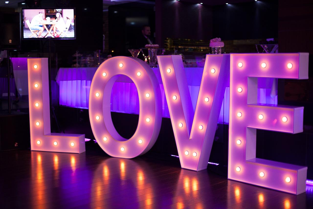 Olbrzymie świecące LOVE