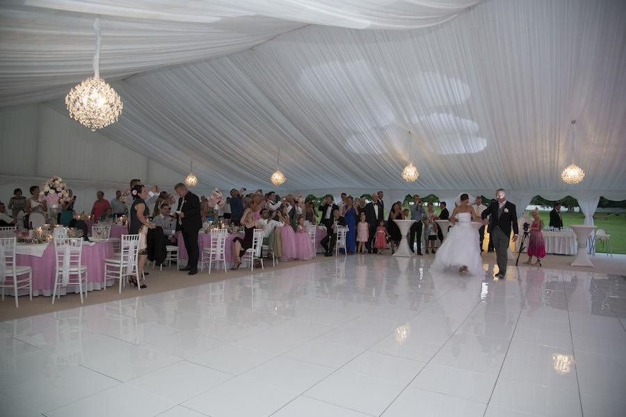Biały parkiet taneczny