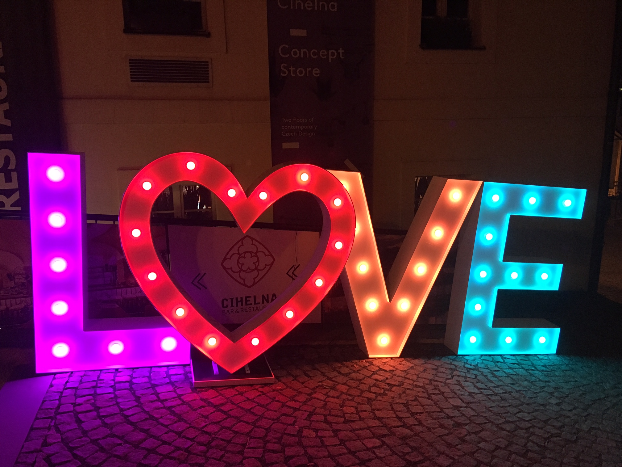 Świecące LOVE i serce