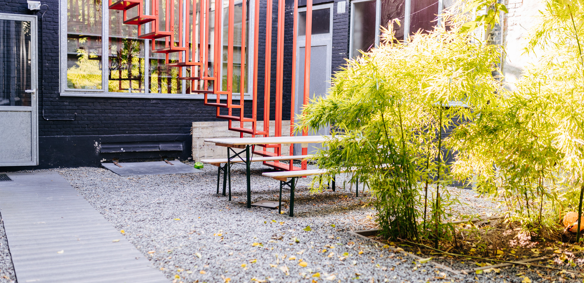 Ingang via binnentuin vergaderruimte