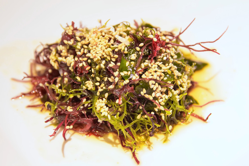 Wakame Salad: Assorted kelp seaweedwith citrus dressing and toasted sesame. Xá lách rong biển tươi với xốt cam và mè nướng