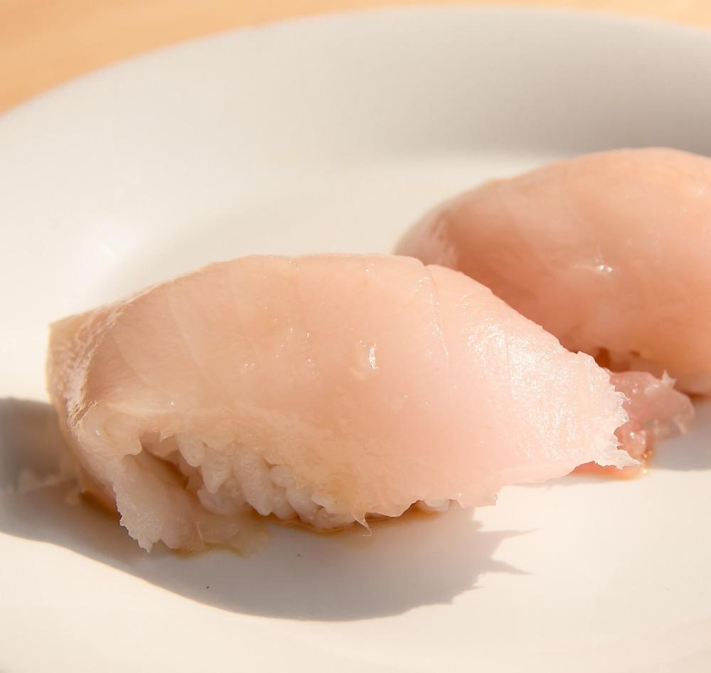 White Tuna (Albacore) Nigiri Sushi with Garlic Ponzu Sauce. Cá ngừ trắng với xốt Ponzu