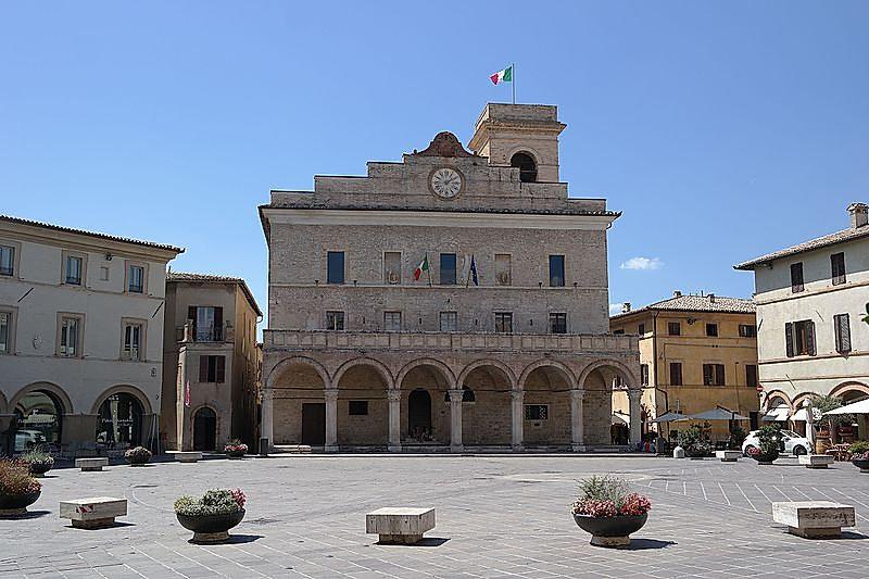 Montefalco_-_Palazzo_Comunale.jpg