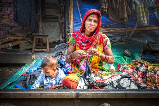 Mère et son enfant sur le chemin de fer