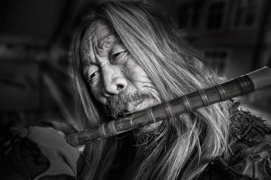 Sans-abri jouant de la flûte-DSC_6335