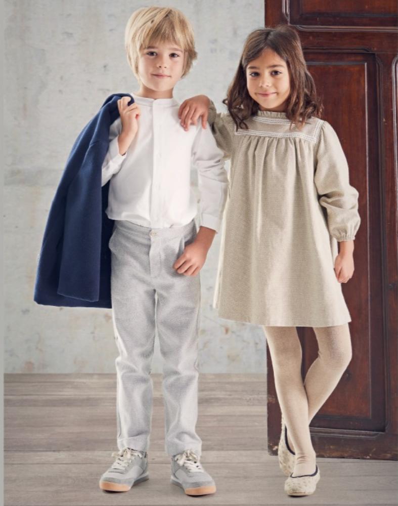 Petit garçon et petite fille en tenue de cérémonie