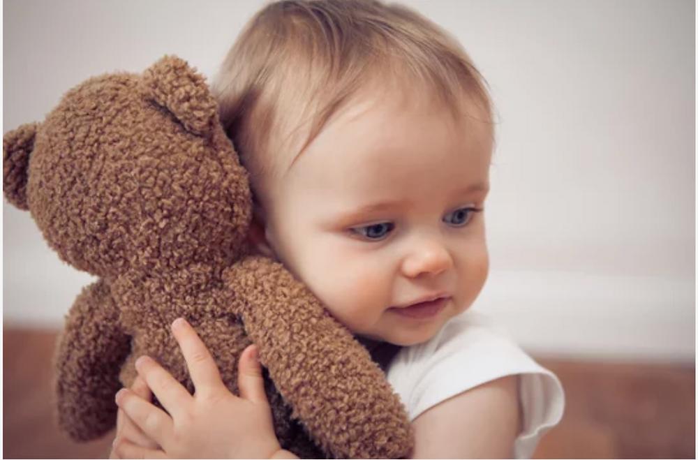 bébé apaisé avec son doudou