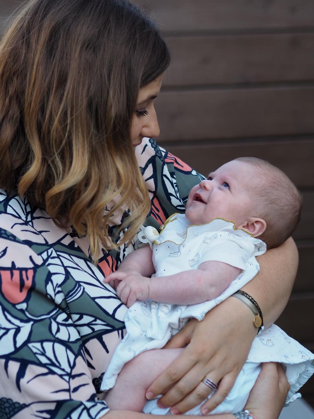 moment de tendresse entre une maman et son bébé